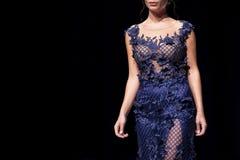 Modell för show för modecatwalklandningsbana enkel kvinnlig arkivfoto