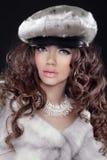Modell för skönhetglamourmode Girl Portrait i Mink Fur Coat. Bea Royaltyfria Foton