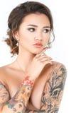 Modell för skönhetmodetatuering med makeup och hår på en vit bakgrund Royaltyfri Foto