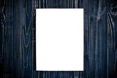Modell för tidskrifträkning på den svarta trätabellen Fotografering för Bildbyråer