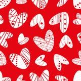 Modell för vektor för moderna skraj hjärtor för stencileffekt vita sömlös på röd bakgrund stock illustrationer