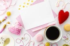 Modell für Liebesbrief am Valentinsgrußtag Valentinsgrußschablone Flache Lage Lizenzfreies Stockbild