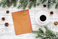 Modell für neues Jahr 2018 Blatt Papier nahe Kaffee, Fichtenzweige, Kiefernkegel auf Draufsicht des hellen hölzernen Hintergrunde Stockfotos