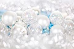 Modell f?r jul och f?r nytt ?r, prydnad av julbollar och glitter, vintersagadekor i bl? och vit f?rg arkivfoto