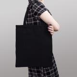 Modell Flickan i klänning bär den svarta bomullstotopåsen arkivbilder