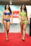 modell Flickor i bikini i en modeshow i Trieste Arkivbild