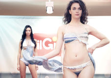 modell Flickor i bikini i en modeshow i Trieste Royaltyfri Foto