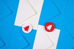 Modell från blåa och vita kuvert med trärött och vit Royaltyfri Foto