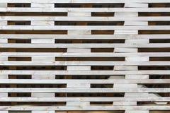 Modell från gallerstaketet som skapas av små wood band med rektangulära hål in - between För naturlig modell Arkivbild
