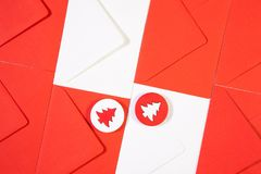 Modell från röda och vita kuvert med röd och vit trät Fotografering för Bildbyråer