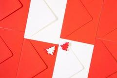Modell från röda och vita kuvert med röd och vit trät Royaltyfri Foto