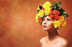 Modell Girl med blommahår frisyr Brunettdam med svart utforma för kort hår Royaltyfria Bilder