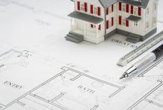 Modell Home, tekniker Pencil och linjal som vilar på husplan Royaltyfri Foto