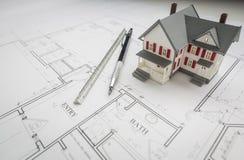 Modell Home, tekniker Pencil och linjal som vilar på husplan Royaltyfri Bild
