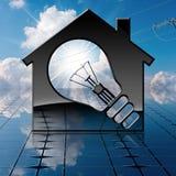 Modell House med den ljusa kulan på solpanelen Royaltyfri Fotografi