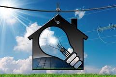 Modell House med solpanelen och den ljusa kulan Royaltyfri Foto