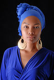 Modell i afrikansk stil med uttrycksfullt smink och i ljus kläder royaltyfria bilder