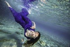 Modell i blåttklänningdykning Arkivfoto