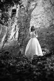 Modell i bröllopsklänning Arkivfoton