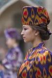 Modell i en modeshow i Bukhara Arkivbilder