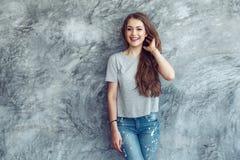 Modell i grå t-skjorta över gataväggen arkivfoton