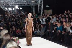 Modell i klänning och halsduk på Mercedes-Benz Fashion Week Arkivfoto