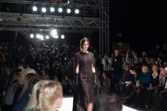 Modell i klänning på Mercedes-Benz Fashion Week Arkivbild