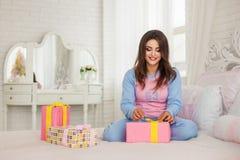 Modell i pyjamas hemma Arkivfoton