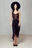 Modell i svart genomskinlig kläder som blir studion arkivfoton