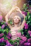 Modell im Blumen-Garten Glückliche blonde Frau Stockbild