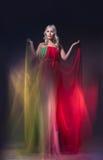Modell im bunten Kleid auf schwarzem Hintergrund Lizenzfreie Stockfotografie