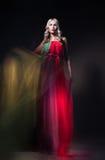 Modell im bunten Kleid auf schwarzem Hintergrund Stockfoto