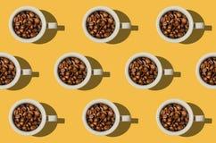 modell Kopp med begrepp för kaffebönor Grupp av vitkoppar på y Arkivbilder