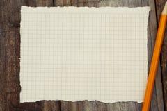 Modell Leerseitenpapier Empy, gelber Bleistift für das Zeichnen oder das Schreiben, auf einen rustikalen Holztisch Kopieren Sie P stockfotos
