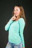 Modell lokalisiert mit dem Finger auf den Lippen geheim lizenzfreies stockbild