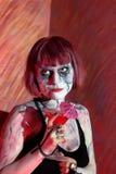 Modell med blodiga coctaildrinkar för gotisk makeup Royaltyfria Foton