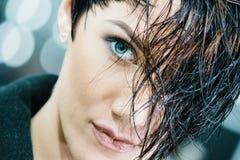 modell med den moderiktiga frisyren Arkivbild