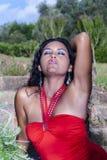 Modell med den röda klänningen Royaltyfria Bilder
