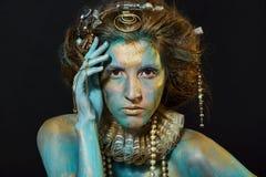 Modell med guld och gräsplankroppkonst fotografering för bildbyråer