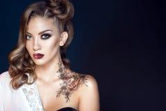 Modell med konstnärligt smink och frisyren Kroppkonst på hennes skuldra Idealt kvinnabegrepp Arkivbild