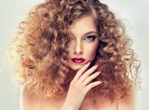 Modell med lockigt hår arkivfoton