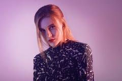 Modell med luftstil Kvinna i färgrika ljusa ljus som poserar i studion, stående av den härliga flickan med moderiktigt smink Royaltyfri Fotografi