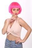 Modell med rosa posera för hår close upp Vit bakgrund Royaltyfri Fotografi
