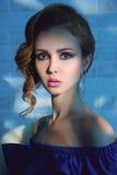 Modell med smink och smycken Royaltyfri Fotografi