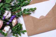 Modell med vykortet, blommabukett, kraft kuvert Arkivfoto