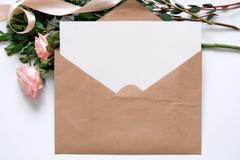 Modell med vykortet, blommabukett, kraft kuvert Arkivbilder
