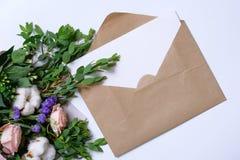 Modell med vykortet, blommabukett, kraft kuvert Royaltyfri Foto