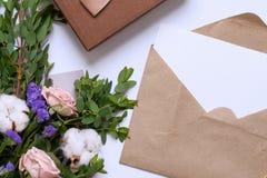 Modell med vykortet, blommabukett, kraft kuvert Fotografering för Bildbyråer