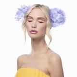 Modell mit Blumen in ihrem Haar Lizenzfreies Stockfoto