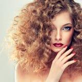 Modell mit dem gelockten Haar stockbilder